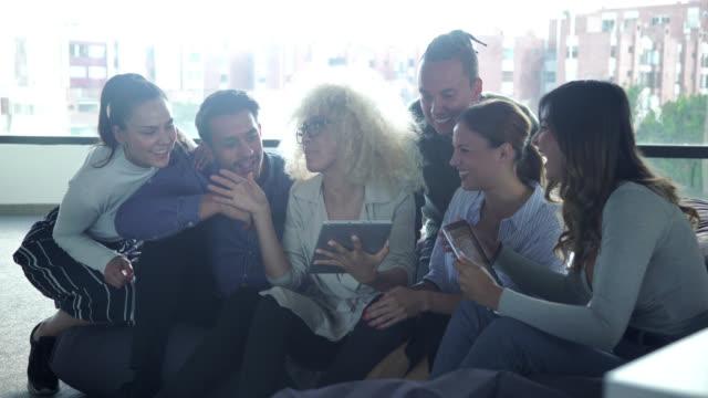 kolleginnen und kollegen treffen - lateinische schrift stock-videos und b-roll-filmmaterial