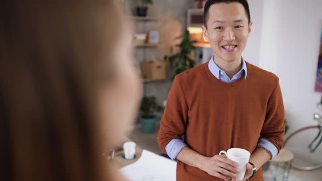 コーヒーブレイクに関する新しいアイデアを共有する同僚 - お茶の時間点の映像素材/bロール