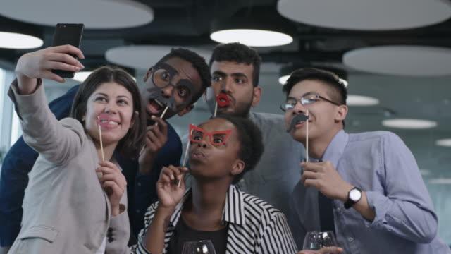 vídeos de stock, filmes e b-roll de colegas, tendo selfie na festa do escritório - festa da empresa