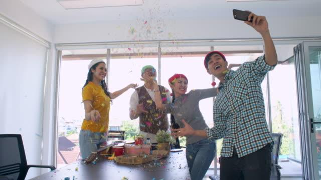 vídeos de stock, filmes e b-roll de colegas, tendo selfie em festa - festas no escritório
