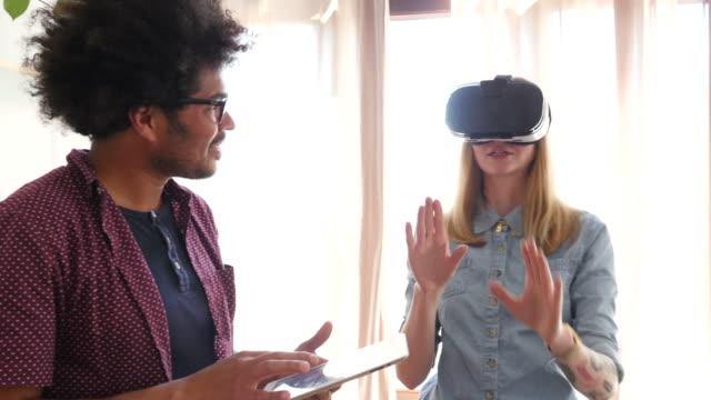 meslektaşları dijital tablet ve vr gözlük kullanarak - sanal gerçeklik stok videoları ve detay görüntü çekimi
