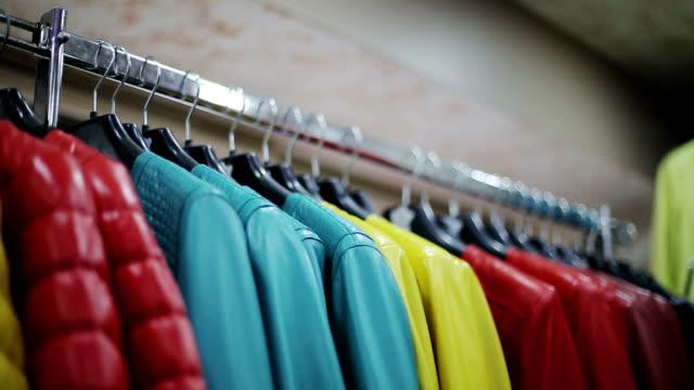 коллекции кожаных курток на вешалки в магазин - жакет стоковые видео и кадры b-roll