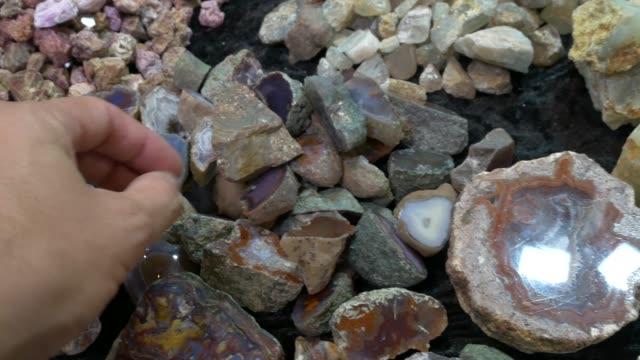 eine sammlung von mineralien und halbedelsteine - stein baumaterial stock-videos und b-roll-filmmaterial