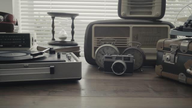 ビンテージのオブジェクトとレコード プレーヤーのコレクション - 骨董品点の映像素材/bロール