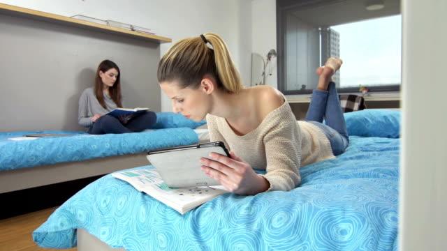 LS DS étudiants dans le Dortoir - Vidéo