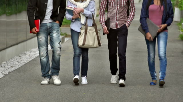 MS TU College Students caminar junto al edificio - vídeo