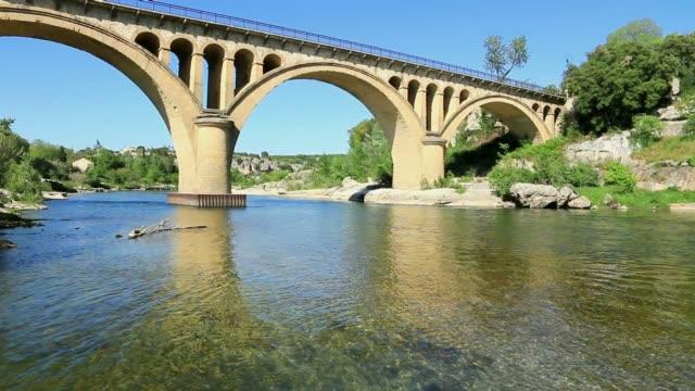 stockvideo's en b-roll-footage met collias brug op de gard. d'occitanie. frankrijk. - pont du gard