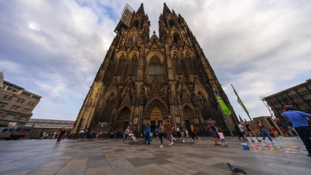 Cologne Cathedral (Domplatte) - 4k time lapse (tilt-up)