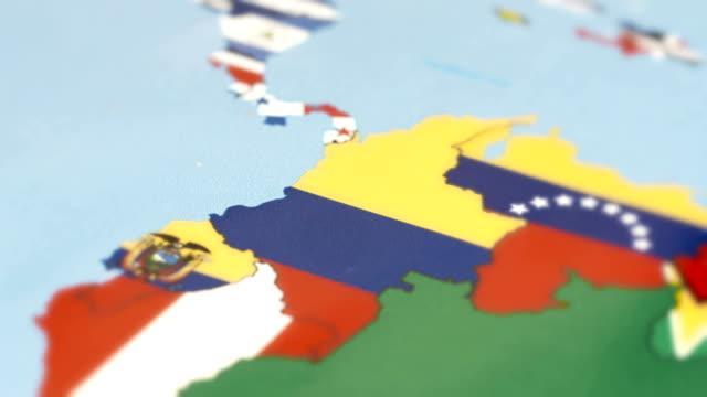 vídeos de stock, filmes e b-roll de colômbia, com a bandeira nacional no mapa do mundo - sul europeu