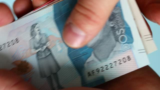 colombianska pengar, pesos, räkna sedlar papper - colombia bildbanksvideor och videomaterial från bakom kulisserna