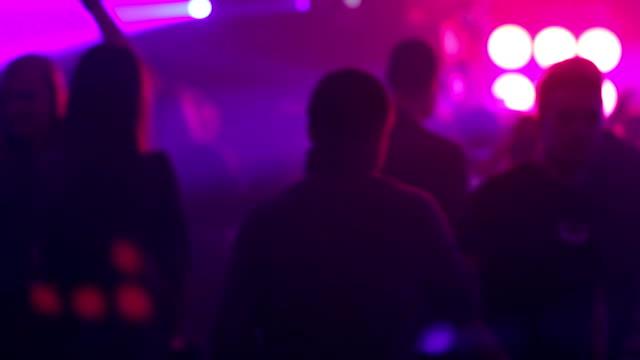 vidéos et rushes de saucisse brouillard lumières de couleur sur les pistes de danse. foule de gens danser - fête de naissance