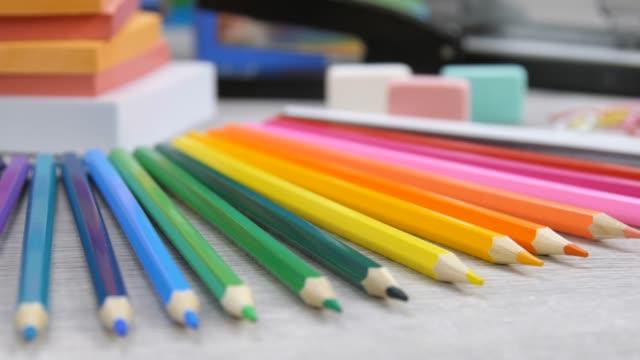 vidéos et rushes de papier, gommes et crayons de couleur - fournitures scolaires