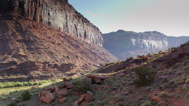 colorado river fließt durch den canyon - drohne schuss - utah stock-videos und b-roll-filmmaterial