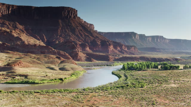 vídeos de stock e filmes b-roll de colorado river in castle valley, utah - drone shot - reserva natural