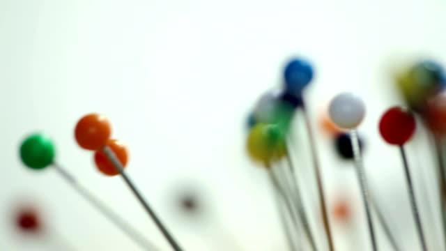 vidéos et rushes de boules colorées sur la rotation d'épingles - épingle