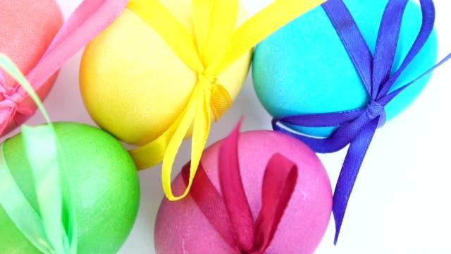farbige ostereier mit bändern - dekorative kunst stock-videos und b-roll-filmmaterial