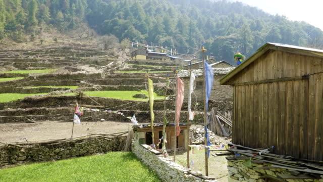 ネパールの村 lho には色付きフラグ。マナスル回路トレッキング。 - ネパール人点の映像素材/bロール