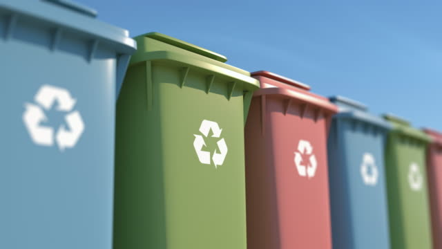 kolorowe kosze na śmieci dla ochrony środowiska - odzyskiwanie i przetwarzanie surowców wtórnych filmów i materiałów b-roll