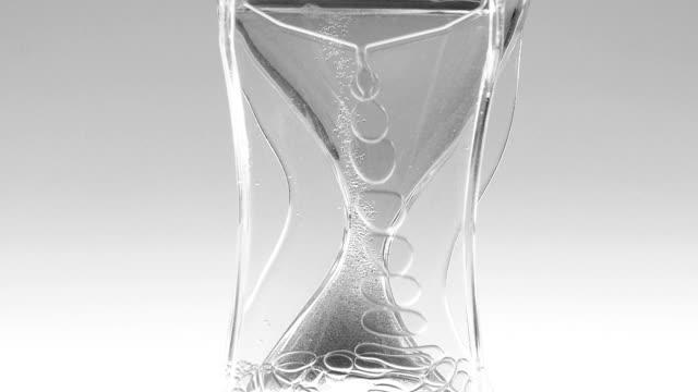 vídeos de stock e filmes b-roll de colored oil acrylic hourglass timer - oleo palma