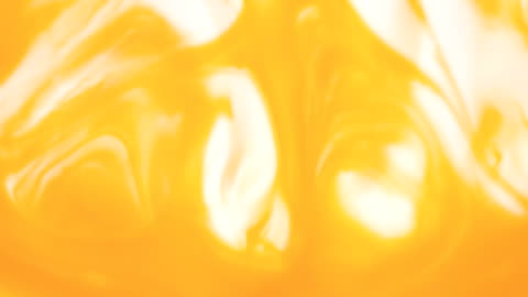 farbigen lack schön verteilt in flüssigkeit, realtime erschossen - gelb stock-videos und b-roll-filmmaterial