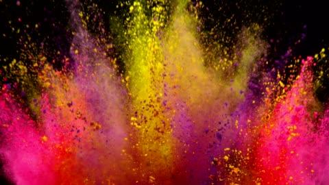 vídeos y material grabado en eventos de stock de explosión de polvo coloreado sobre fondo negro. - verde color
