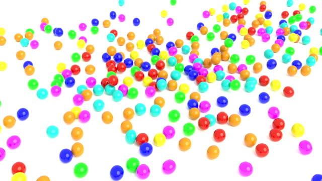 färgade gummibollar faller på en vit yta 4k - bingo bildbanksvideor och videomaterial från bakom kulisserna