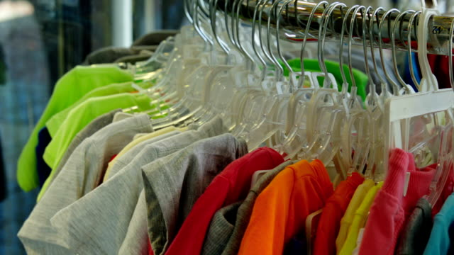 stockvideo's en b-roll-footage met colored t-shirts in the store - t shirt