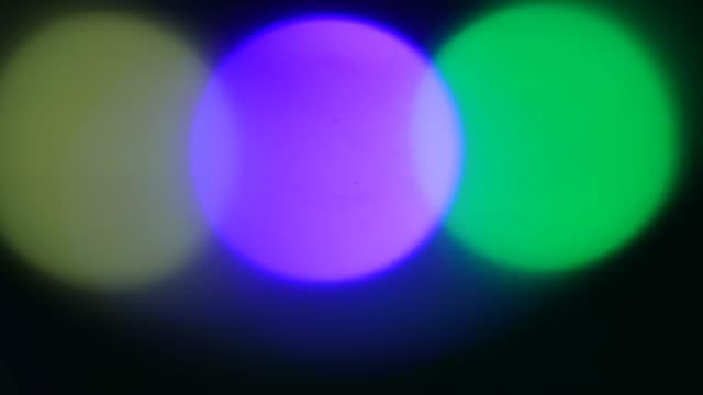 vídeos de stock, filmes e b-roll de colorido abstrato três círculos bokeh - foco difuso