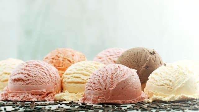 vídeos de stock, filmes e b-roll de bolas coloridas de sorvete - gelato