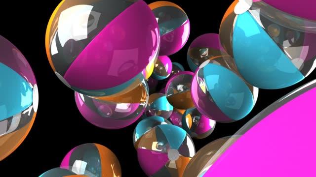 Kleurrijke strand ballen op zwarte achtergrond video