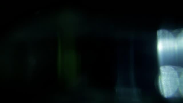 vidéos et rushes de bokeh coloré. fond de mouvement abstrait élégance. mettez-le avec écran ou ajouter mode composite au-dessus de votre vidéo pour flashes de transitions ou coiffer vos vidéos - verre optique
