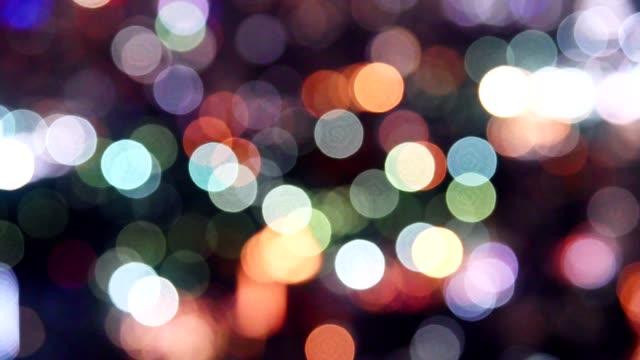 vidéos et rushes de lumières colorées de bokeh scintillantes du fond de trafic - image teintée