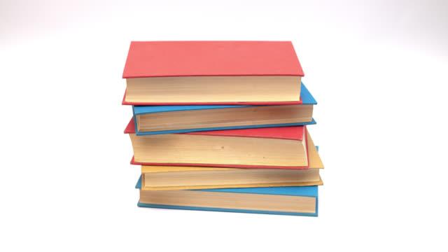 vídeos y material grabado en eventos de stock de colorido libro subiendo sobre fondo blanco-stop motion - montón