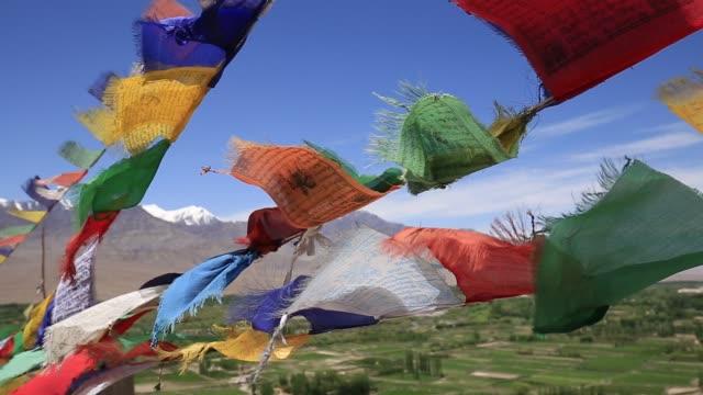 北インドのラダック、インド、ラダック ・ レーに寺院でカラフルな仏教祈りのフラグ - ネパール点の映像素材/bロール