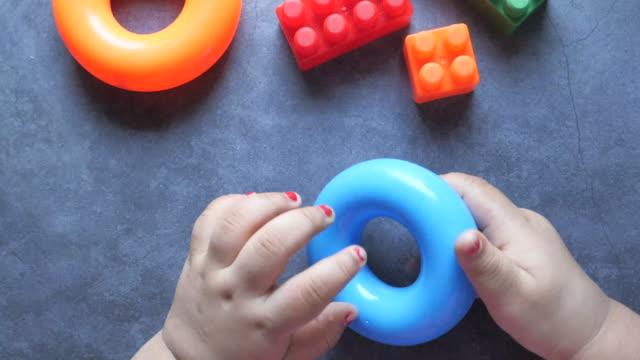 vídeos de stock e filmes b-roll de colorful building blocks on wooden table, close up - trabalho de design