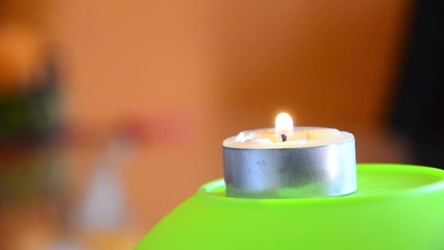 A la luz de las velas, copyspace fondo colorido - vídeo
