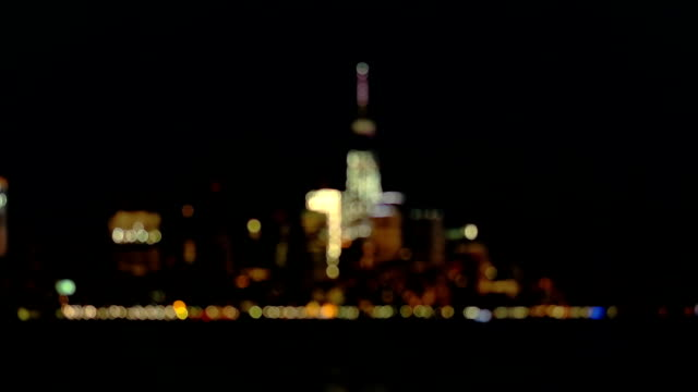 bokeh: colorful city lights in magical downtown manhattan new york city at night - messa a fuoco differenziale video stock e b–roll