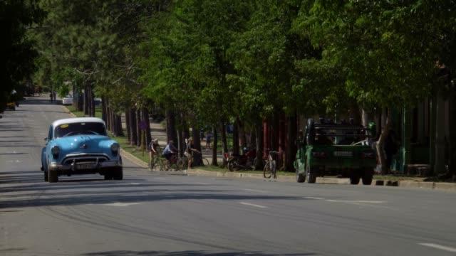 カラフルな古典的な 1950 年代のアメリカのヴィンテージ タクシー車の田舎町ビニャーレス渓谷、キューバでの運転 - 牧畜場点の映像素材/bロール