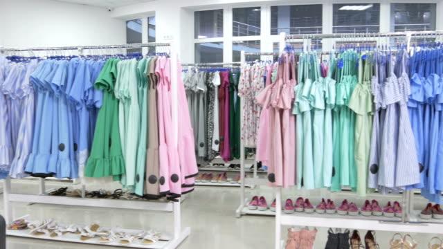 Colores ropa tendida en la sala de exposición - vídeo