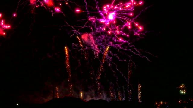 Buntes Feuerwerk in der Feriennacht 4k – Video
