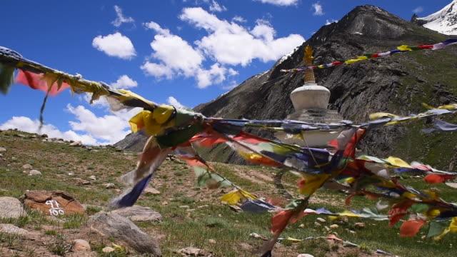 ヒマラヤ山脈のカラフルな旗と仏教の仏教徒のストゥパ、ジャンムー・カシミール、インド - 仏塔点の映像素材/bロール