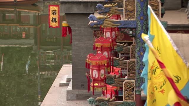 colorate bandiere, lanterne e gargoyles dall'acqua - gargoyle video stock e b–roll