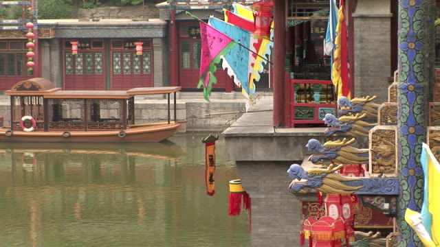 colorate bandiere e lanterne, gargoyles traghetto barca e in acqua - gargoyle video stock e b–roll