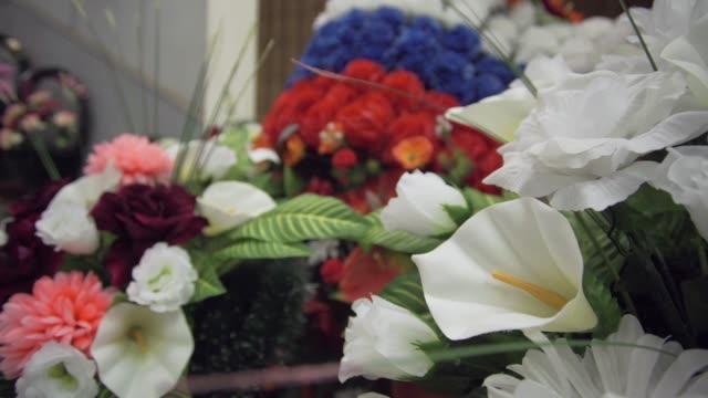 vidéos et rushes de guirlande de fleurs colorées - composition florale