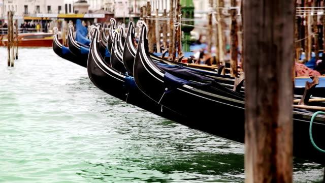 vídeos de stock e filmes b-roll de colorful footage of venecian gondolas rocking on the water - lago maggiore