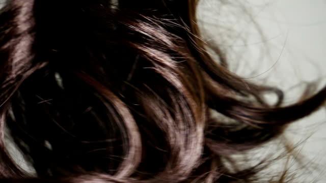 stockvideo's en b-roll-footage met kleurrijke haar krullen in slow motion naadloze lus bewerkt - curly brown hair