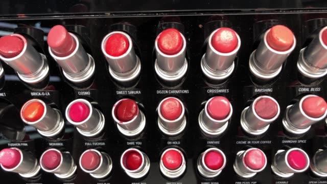 stockvideo's en b-roll-footage met kleurrijke lippenstiften - toneelschmink