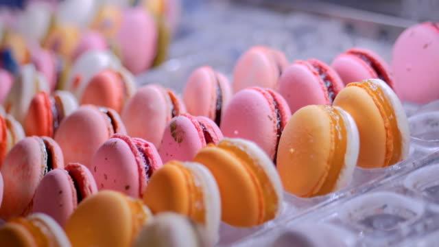şeker dükkanı vitrin renkli macarons - fransa stok videoları ve detay görüntü çekimi