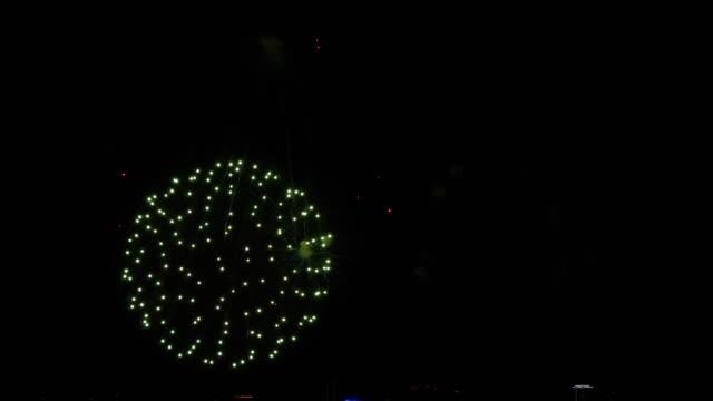 シティデーフェスティバルでの花火のカラフルな ビデオ