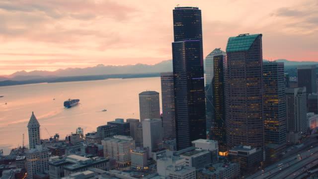 화려한 오렌지 하늘을 밝히는 영광 스러운 시애틀 베이 워터 프론트 타운 타워 화물선 놀라운 풍경 - seattle 스톡 비디오 및 b-롤 화면